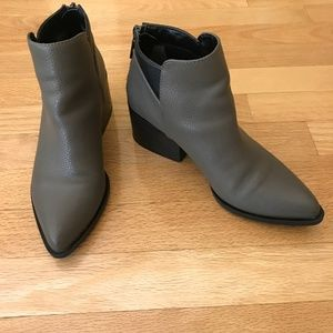 Vera Wang SV Chelsea Gray Ankle Boots SZ 6